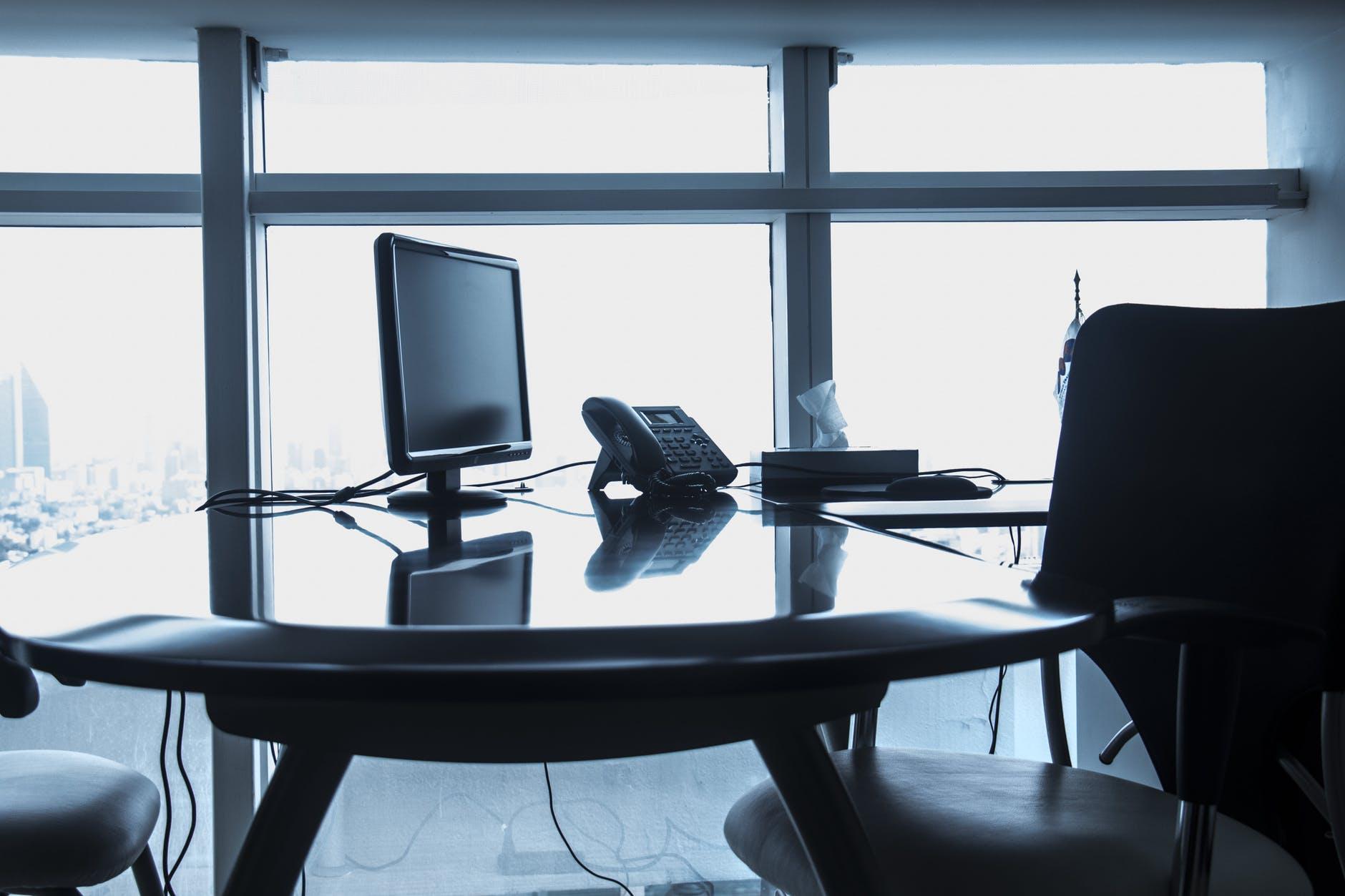 Empty desk verzuim